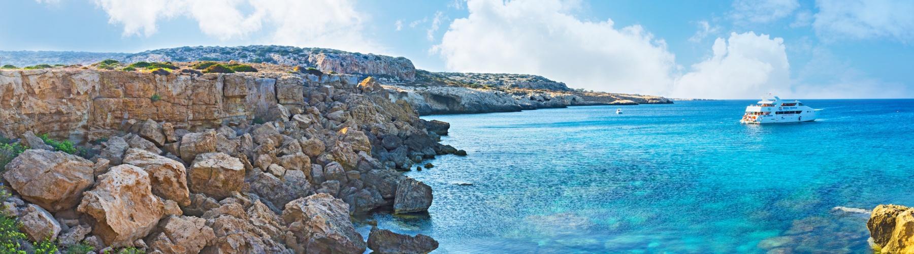 С вершин массивных скал открывается завораживающий панорамный вид на море